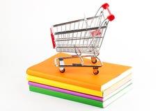 Het winkelen voor Boeken Stock Foto's
