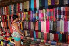Het winkelen voor de sjaals Stock Foto's