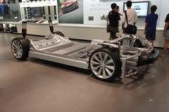 Het winkelen voor een elektrische auto Stock Afbeeldingen