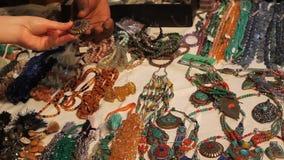 Het winkelen voor Juwelen stock videobeelden