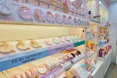 Het winkelen voor schoonheidsmiddelen stock afbeeldingen