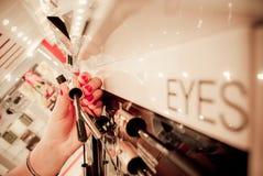 Het winkelen voor schoonheidsmiddelen Royalty-vrije Stock Foto's