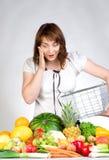 Het winkelen voor vruchten en veggies royalty-vrije stock afbeelding