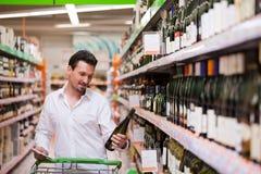 Het winkelen voor Wijn Stock Foto