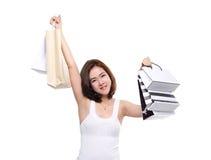 Het winkelen vrouw Aziatische gelukkige die het glimlachen holding het winkelen zakken op witte achtergrond worden geïsoleerd Stock Afbeeldingen