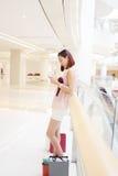 Het winkelen vrouw het texting Stock Foto's