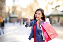 Het winkelen vrouwenduimen omhoog op La Rambla, Barcelona royalty-vrije stock afbeelding