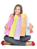 Het winkelen vrouwenholding het winkelen zakken Stock Afbeeldingen