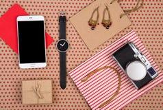 het winkelen zak, giftdoos, slimme telefoon, camera, horloge, blocnote en women& x27; s juwelen op ambachtdocument achtergrond in stock afbeelding
