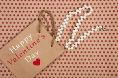 het winkelen zak, giftzak met tekst & x22; Gelukkige Valentine& x27; s Dag? & x22; en women& x27; s pareljuwelen royalty-vrije stock afbeeldingen