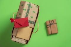 Het winkelen zak met giften en envelop Hoogste mening met exemplaarruimte Kerstmistraditie royalty-vrije stock fotografie
