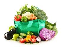 Het winkelen zak met verscheidenheid van verse organische groenten stock foto's