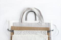 Het winkelen zakken op witte achtergrond Katoenen en document zakken voor het vrije plastic winkelen stock foto's