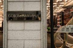 Het winkelvenster en de ingang van een Dolce & een Gabbana winkelen in de straat van Milaan - Montenapoleone-, Italië Stock Fotografie