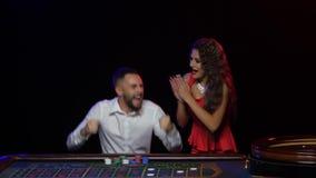 Het winnen van het spel van roulette Het jonge paar raakte de pot stock video