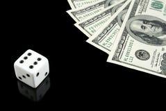 Het wit dobbelt en geld op zwarte achtergrond Stock Foto