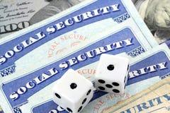 Het wit dobbelt het Leggen op Sociale zekerheidkaart Royalty-vrije Stock Foto's