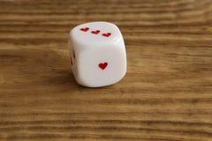 Het wit dobbelt/kubeert met harten op houten achtergrond Stock Afbeelding