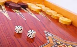 Het wit dobbelt op houten geïsoleerdei backgammonraad Stock Afbeeldingen