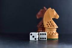 Het wit dobbelt paar en schaakridders op zwarte achtergrond Royalty-vrije Stock Foto