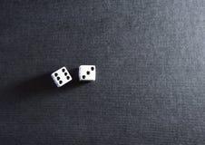 Het wit dobbelt paar op zwarte achtergrond Royalty-vrije Stock Foto's