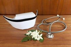 Het wit en de stethoscoop van de hoedenverpleegster Stock Afbeeldingen