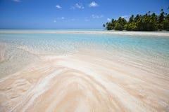 Het wit en nam zandstrand met blauwe lagune toe Stock Foto