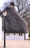 Het wit met stro bedekt plattelandshuisje Royalty-vrije Stock Fotografie