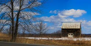 Het wit roofed schuur in Hudson Valley-NY op zonnige dag in de winter royalty-vrije stock foto