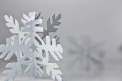Het wit schittert Sneeuwvlok op Witte Achtergrond royalty-vrije stock fotografie