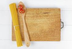 Het wit van de lepeltomaten van de deegwarenspaghetti stock afbeeldingen