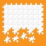 Het wit van puzzelstukken op oranje achtergrond Stock Foto's