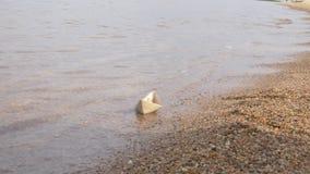 Het Witboekschip drijft door Waterige Oppervlakte de Vloot van Document Schepen Kinderachtig Vermaak, Speelspel Hoop voor stock video