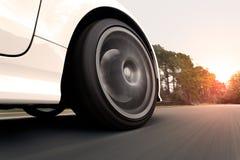 Het witte Auto Drijven in de Zonsondergang Stock Afbeelding