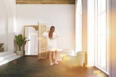 Het witte binnenland van de luxebadkamers, vrouw Royalty-vrije Stock Foto's