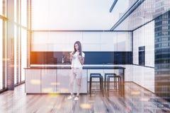 Het witte binnenland van de zolderkeuken, vrouw Stock Foto's