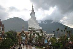 Het witte boeddhisme zitten en van de Zoonskeaw van Meditatiepha de tempel Phetchabun Thailand royalty-vrije stock afbeeldingen