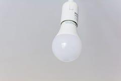 Het witte bol hangen op wit plafond Royalty-vrije Stock Afbeeldingen