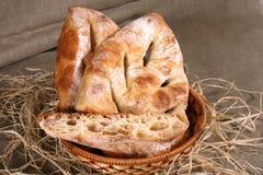 Het witte brood is in een stromand op het tafelkleed grijze linnen Royalty-vrije Stock Afbeelding