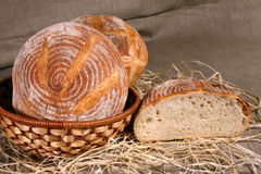 Het witte brood lag in een stromand op grijs linnentafelkleed Royalty-vrije Stock Afbeelding