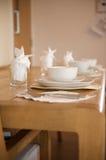 Het witte de plaats van het aardewerkontbijt plaatsen Royalty-vrije Stock Foto's