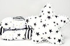 Het witte dekbed van de lapwerkveer met zwarte en gouden sterren en de zwarte strepen en witte ster vormden zacht hoofdkussen met Royalty-vrije Stock Afbeelding