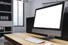 Het witte Desktopscherm op lijst in bureau Stock Afbeeldingen