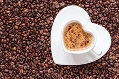 Het witte die hart van de koffiekop met cappucino wordt gevormd Royalty-vrije Stock Afbeeldingen