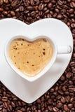 Het witte die hart van de koffiekop met cappucino wordt gevormd Royalty-vrije Stock Fotografie