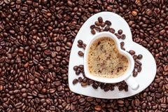 Het witte die hart van de koffiekop met cappucino wordt gevormd Royalty-vrije Stock Foto's