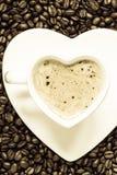 Het witte die hart van de koffiekop met cappucino wordt gevormd Royalty-vrije Stock Afbeelding