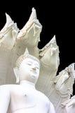 Het witte die standbeeld van Boedha op zwarte achtergrond wordt geïsoleerd Royalty-vrije Stock Afbeeldingen