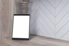 Het witte digitale tabletscherm op een houten lijst stock illustratie