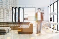 Het witte dubbel van woonkamer binnenlandse, zwarte banken Stock Fotografie